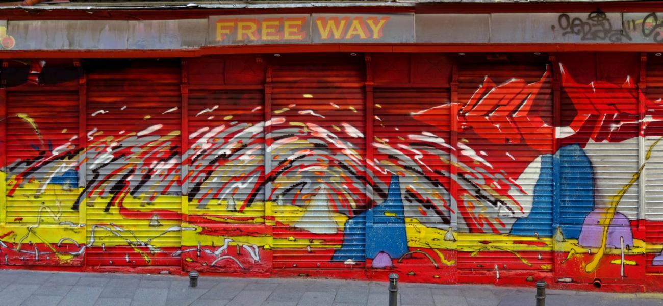Frente del Freeway con mural de Son3k
